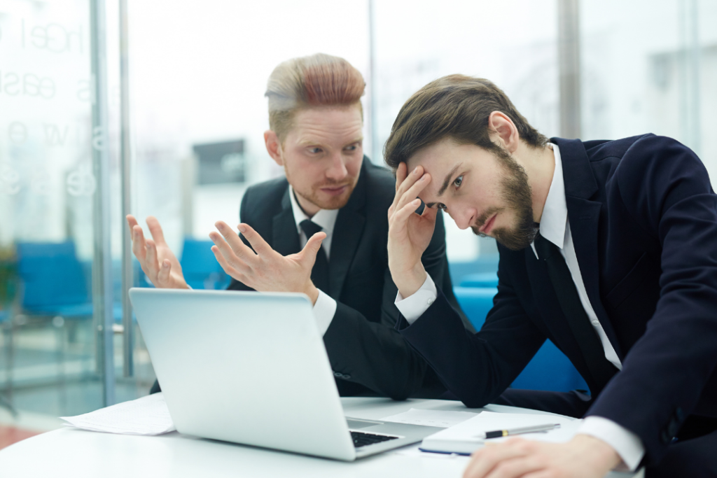 bureau deux personnes devant ordinateur discussion travail en ligne
